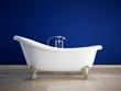 badewanne mit tiefblauer wand