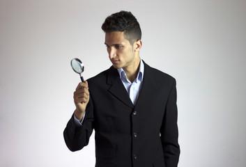 uomo con lente d'ingrandimento cerca e ricerca