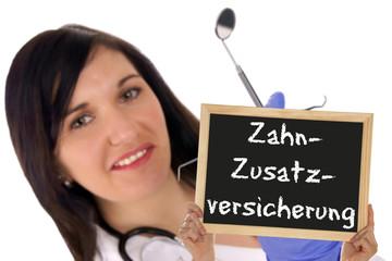 Zahnärztin mit Schild - Zahnzusatzversicherung