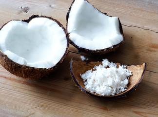 Kokosnuss mit Kokosraspeln