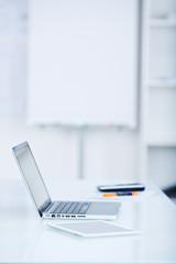 laptop und tablet im büro