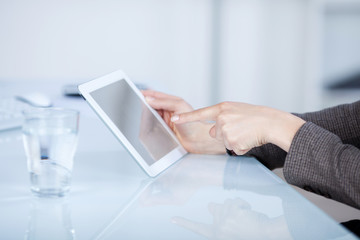 gesch‰ftsfrau deutet auf tablet-pc