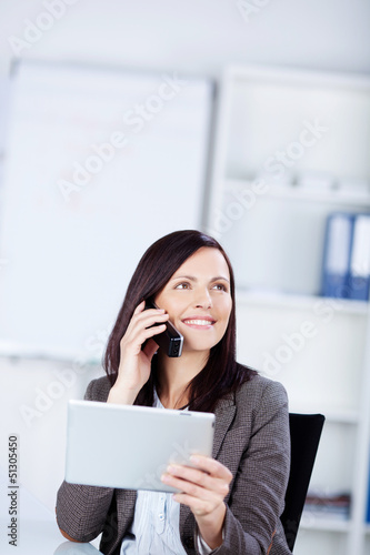 geschäftsfrau mit tablet-pc am telefon