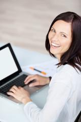 lachende geschäftsfrau am laptop