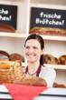 bäckereiverkäuferin bei der arbeit