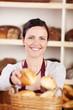 bäckereiverkäuferin mit brötchen