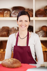 lächelnde verkäuferin in der bäckerei