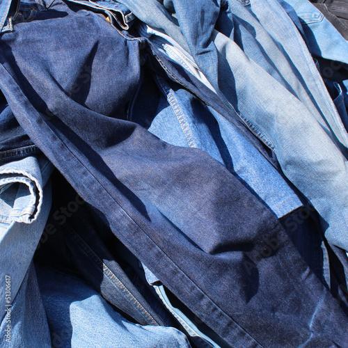 Blue jeans en vrac sur un marché