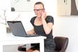 junge Frau führt Telefonat im Büro