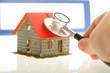 Hand mit Stethoskop und Haus