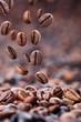 fallende Kaffeebohnen