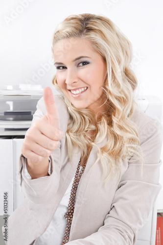 Junge blonde Frau hat Spaß an der Arbeit