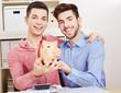 Schwules Paar mit Sparschwein