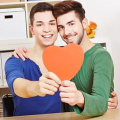 Schwules Paar hält rotes Herz