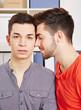Mann lehnt sich an schwulen Freund