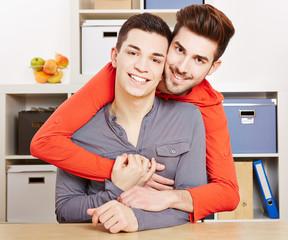 Zwei junge schwule Männer umarmen sich