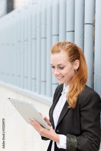 junge geschäftsfrau mit tablet