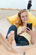 entspannte frau mit smartphone in der hängematte