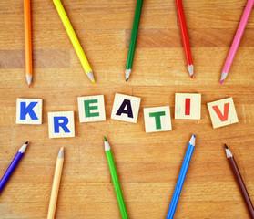 Arrangement Stifte und Buchstaben Kreativ