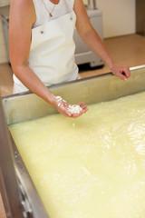 mitarbeiterin bei der käseherstellung