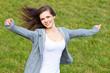 Attraktives Mädchen genießt die frische Luft