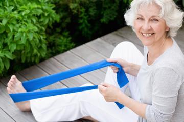 Sportliche Seniorin beim Workout mit Gymnastikband