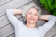 grauhaarige Frau entspannt auf der Terrasse - 51331049