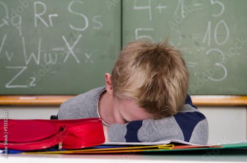 schüler schläft im unterricht