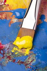 pennello artistico con pigmento giallo