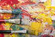 colori acrilici con pennelli