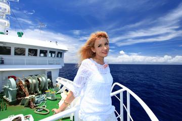 南国沖縄の船上で寛ぐ女性