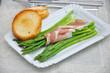 Spargel mit Parmaschinken und Croutons