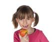 Mädchen ißt Apfel