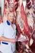 fleischer mit rinderhälften
