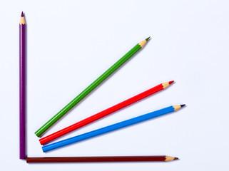 Buntstifte liegen in Chartform