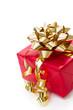 Rotes Weihnachtsgeschenk mit goldener Schleife
