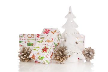 Festliche Weihnachtsdekoration in Weiß, Rot, Grün