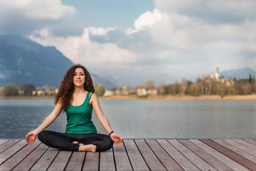 Giovane ragazza che pratica yoga
