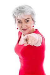 Powerfrau in Rot isoliert mit grauen Haaren