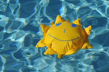 Swimming pool mit Kinderspielzeug.