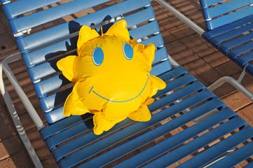 Sonnenliege mit Kinderspielzeug.
