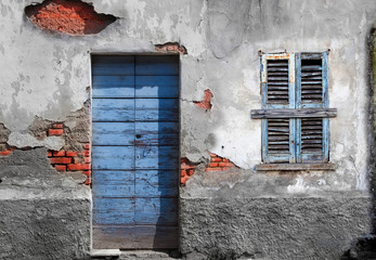 porta e finestra fatiscente