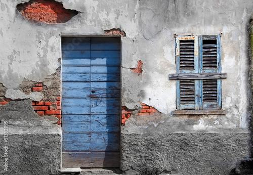 porta e finestra fatiscente - 51382095