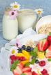 Milchprodukte und Früchte genießen