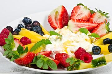 Fruchtig-leichter Sommer-Genuss mit Quark und Obst