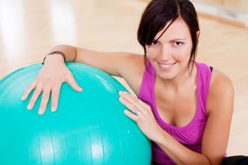 sportliche frau mit gymnastikball