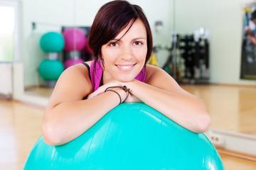 zufriedene frau im fitnessstudio