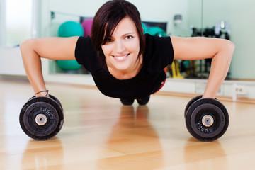 starke frau trainiert im fitnessstudio