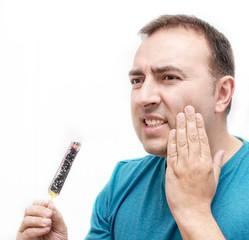 Hombre con dolor de dientes sobre fondo blanco.