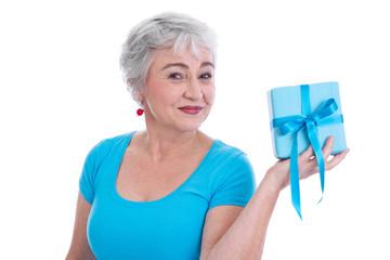Ältere Frau mit einem Geschenk zum Muttertag